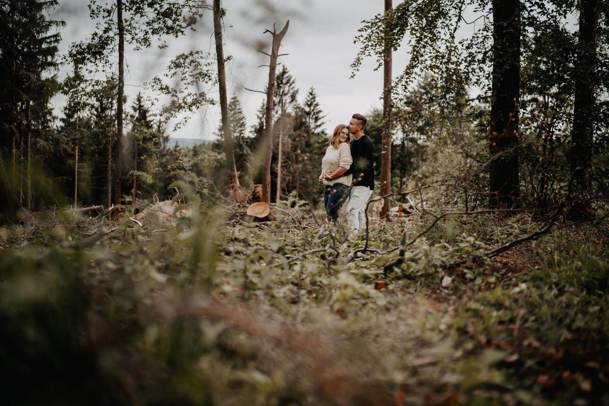 Foto mit Titel 'Portrait paarshooting Drover Heide Couple Forest' in Kategorie 'Paarshooting'